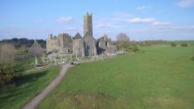 Luchtmening van een Iers openbaar vrij toeristenoriëntatiepunt, Quin Abbey, Provincie Clare, Ierland Luchtlandschapsmening van Ie stock video