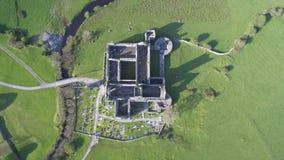 Luchtmening van een Iers openbaar vrij toeristenoriëntatiepunt, Quin Abbey, Provincie Clare, Ierland Luchtlandschapsmening van Qu stock footage