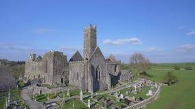 Luchtmening van een Iers openbaar vrij toeristenoriëntatiepunt, Quin Abbey, Provincie Clare, Ierland Luchtlandschapsmening van Qu stock video