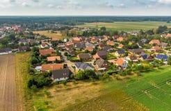 Luchtmening van een klein dorp in noordelijk Duitsland met groot akkerland bij de rand van het dorp stock foto