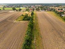 Luchtmening van een klein dorp in noordelijk Duitsland met groot akkerland bij de rand van het dorp royalty-vrije stock afbeelding