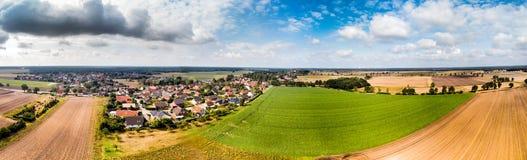 Luchtmening van een klein dorp in noordelijk Duitsland met groot akkerland bij de rand van het dorp, Panorama in hoge resolutie royalty-vrije stock foto's