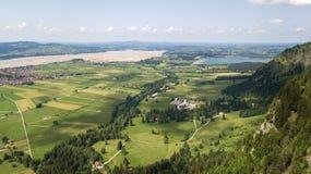 Luchtmening van een kleine stad in de Alpiene bergen Royalty-vrije Stock Foto's