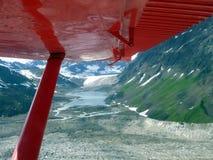 Luchtmening van een klonterige gletsjer die in de Kantisna-Rivier bij Onderstel McKinley in Alaska stromen Stock Fotografie