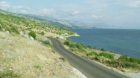 Luchtmening van een kustweg stock footage