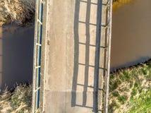 Luchtmening van een lage hoogte van 10 meters van een kleine brug over een donkere stroom Royalty-vrije Stock Fotografie