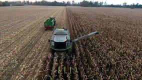 Luchtmening van een landbouwer het oogsten maïs Prores stock footage