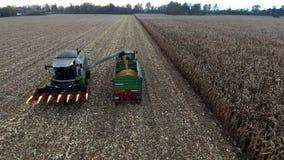 Luchtmening van een landbouwer het oogsten maïs Prores stock videobeelden