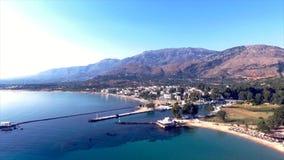 Luchtmening van een mooie stad met overzees en bergen stock video