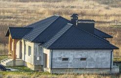 Luchtmening van een nieuw modern woonhuis in aanbouw Het concept van de onroerende goederenontwikkeling Woonhuis met metaaldakwer Royalty-vrije Stock Afbeeldingen