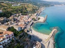 Luchtmening van een pijler met rotsen en rotsen op het overzees Pijler van Pizzo Calabro, panorama van hierboven Stock Fotografie