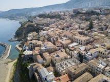 Luchtmening van een pijler met rotsen en rotsen op het overzees Pijler van Pizzo Calabro, panorama van hierboven Calabrië, Italië Stock Fotografie