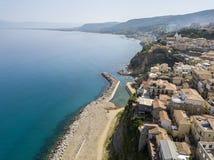 Luchtmening van een pijler met rotsen en rotsen op het overzees Pijler van Pizzo Calabro, panorama van hierboven Calabrië, Italië Royalty-vrije Stock Fotografie