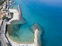 Luchtmening van een pijler met rotsen en rotsen op het overzees Pijler van Pizzo Calabro, panorama van hierboven Calabrië, Italië Royalty-vrije Stock Afbeelding