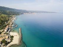Luchtmening van een pijler met rotsen en rotsen op het overzees Pijler van Pizzo Calabro, panorama van hierboven Calabrië, Italië Royalty-vrije Stock Afbeeldingen