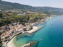 Luchtmening van een pijler met rotsen en rotsen op het overzees Pijler van Pizzo Calabro, panorama van hierboven Calabrië, Italië Royalty-vrije Stock Foto's