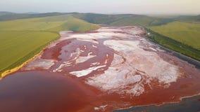Luchtmening van een reservoirhoogtepunt van rode giftige modder stock footage