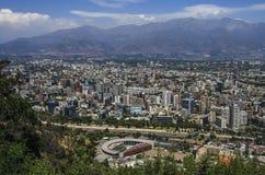 Luchtmening van een stad en de berg van de Andes op de achtergrond, Santiago, Chili Stock Foto's