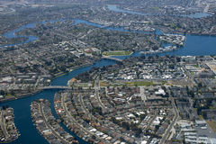 Luchtmening van een stad op een baai stock afbeeldingen