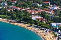 Luchtmening van een strand bij klein Grieks dorp Toroni in Sithonia Stock Foto