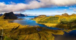 Luchtmening van een toneelkust op Lofoten-eilanden in Noorwegen Stock Foto