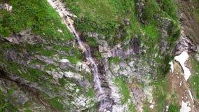 Luchtmening van een waterval in de hooglanden van de Alpiene bergen stock videobeelden
