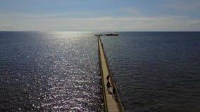 Luchtmening van Eindeloze Pijler in Malmo, Zweden stock footage