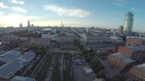 Luchtmening van Ekaterinburg-stad bij zonsondergang Het grote moderne stadscentrum bekeek hierboven van Mooie stads luchtmening stock footage