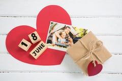 Luchtmening van foto met giftvakje en kalender op lijst Royalty-vrije Stock Foto's