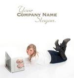 Luchtmening van gelukkig meisje die laptop op de vloer met behulp van Stock Afbeelding