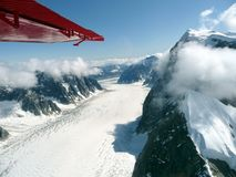 Luchtmening van gletsjer het stromen Stock Afbeeldingen