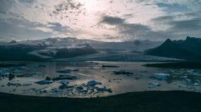 Luchtmening van gletsjerlagune in IJsland stock afbeelding