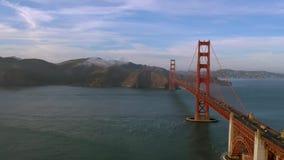 Luchtmening van Golden gate bridge in San Francisco De V.S. Daglicht stock videobeelden