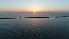 Luchtmening van golfbreker van steen bij zonsondergang stock videobeelden