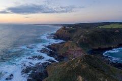 Luchtmening van golven die op rotsen verpletteren stock afbeelding