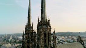 Luchtmening 360 van gotische torens van kerkpetra een Pavla in Brno, Tsjechische Republiek stock video