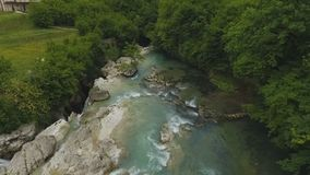 Luchtmening van groene vallei met rivier en waterval, verbazende aard in Georgië stock footage