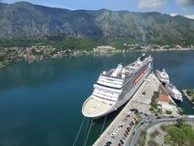 Luchtmening van groot cruiseschip dichtbij de pijler Stock Fotografie