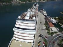 Luchtmening van groot cruiseschip dichtbij de pijler Stock Afbeelding