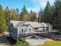 Luchtmening van Groot grijs die huis door bomen wordt omringd Royalty-vrije Stock Afbeeldingen
