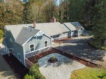 Luchtmening van Groot grijs die huis door bomen wordt omringd Stock Afbeelding