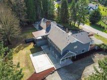 Luchtmening van Groot grijs die huis door bomen wordt omringd Royalty-vrije Stock Fotografie