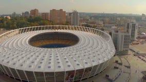Luchtmening van groot modern stadion, stadspanorama, sport stock videobeelden