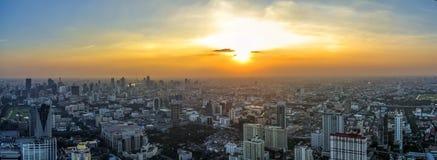 Luchtmening van grote stad bij zonsondergang stock afbeelding