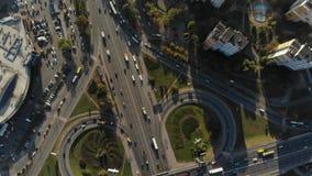 Luchtmening van grote verkeersuitwisseling stock videobeelden