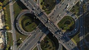 Luchtmening van grote verkeersuitwisseling stock video
