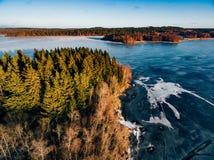 Luchtmening van het bos en bevroren meer van de de wintersneeuw van hierboven gevangen met een hommel in Finland Royalty-vrije Stock Foto's