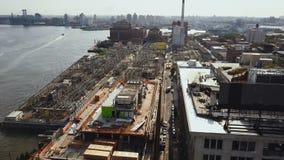 Luchtmening van het district van Brooklyn in New York, Amerika Hommel die over het gebouw op de kust van de rivier van het Oosten stock video