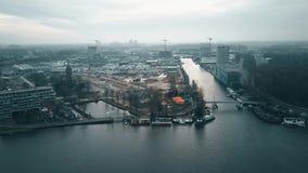 Luchtmening van het district van DE Omval en de Amstel-rivier in Amsterdam, Nederland stock footage