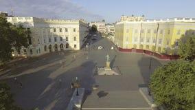 Luchtmening van het Duke de Richelieu-monument in Odessa ukraine stock video
